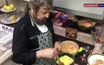 فیلم آشپزی در روزهای قرنطینه با دکتر صدر کارشناس فوتبال